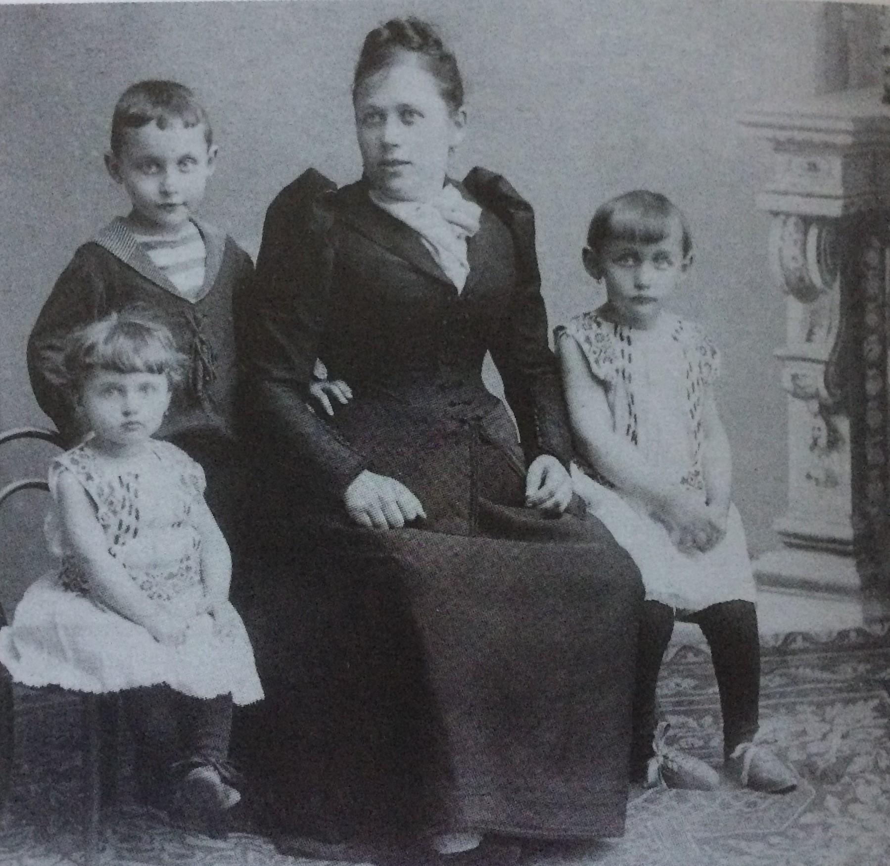Hermann Riesenfeld con la madre e le sorelline